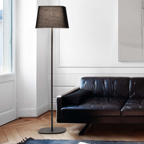 Lampadaire noir au design épuré idéal pour un intérieur