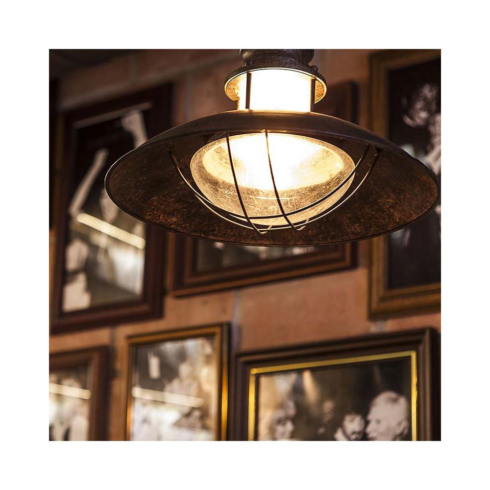 Une applique vintage aspect rouille id ale dans une for Luminaire exterieur retro