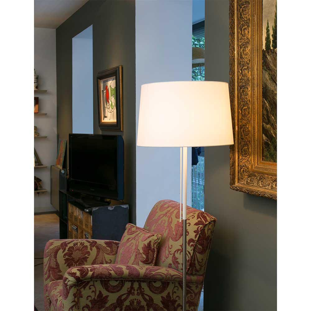 Un lampadaire abat jour blanc en textile style for Abat jour contemporain
