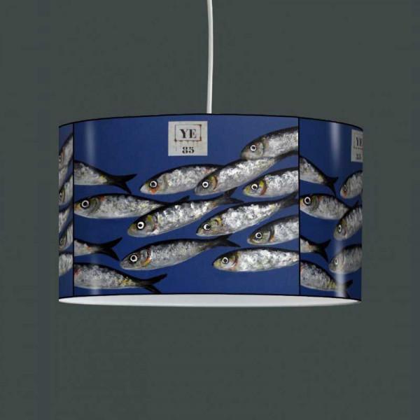 Suspension bleue avec des poissons